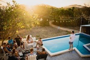 Gruppe von Freunden am Pool