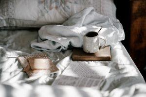Bett mit Kaffee